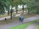 Ciclisti lungo il Po nel Parco Caduti nei Lager nazisti