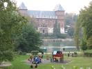 Area gioco lungo il Po e sullo sfondo il castello del Valentino