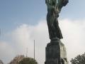 La statua-faro della Vittoria Alata vista di fronte