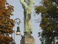 La statua-faro della Vittoria Alata vista di dietro